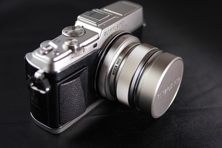 OLYMPUS PEN E-P5にM.ZUIKO DIGITAL ED 12mm F2.0を装着1