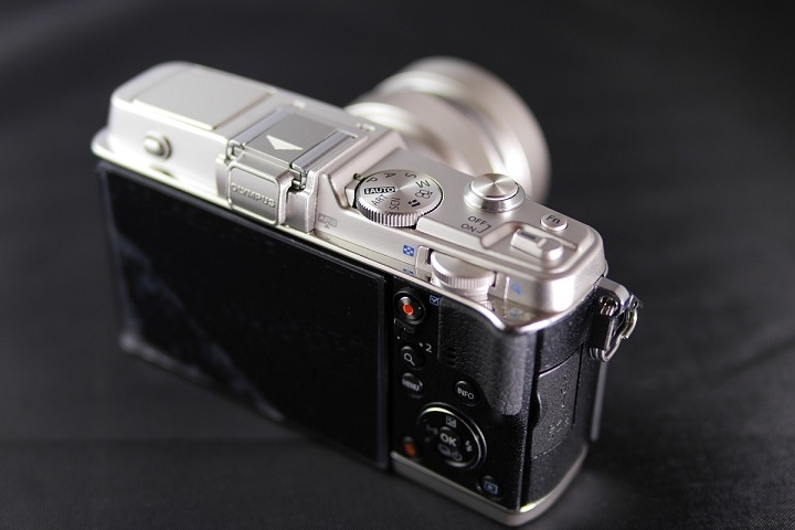 OLYMPUS PEN E-P5にM.ZUIKO DIGITAL ED 12mm F2.0を装着2