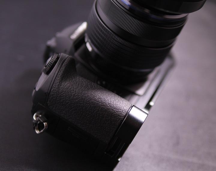 OLYMPUS OM-D E-M1 にMENGS OM-D E-M1 L字型のクイックリリースプレート1