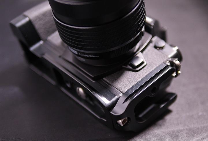 OLYMPUS OM-D E-M1 にMENGS OM-D E-M1 L字型のクイックリリースプレート2
