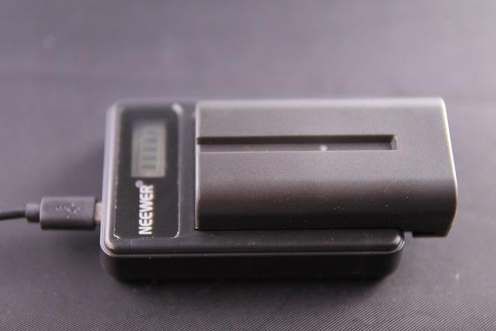 NEEWER Sony NP-F550/F750/F960/F970 マクロUSB電池充電器本体2