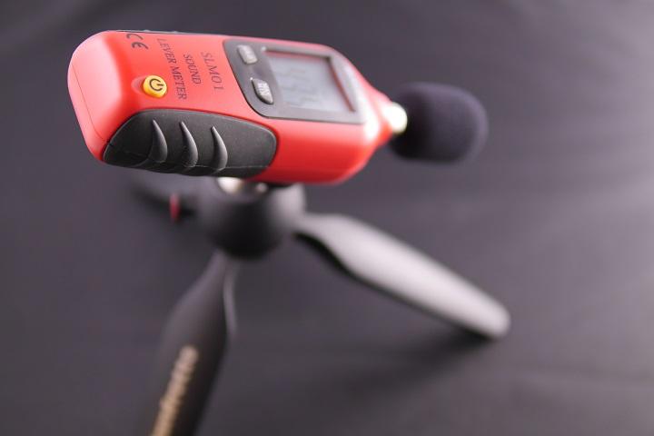 Tacklife SLM01 騒音計をミニ三脚に取り付け