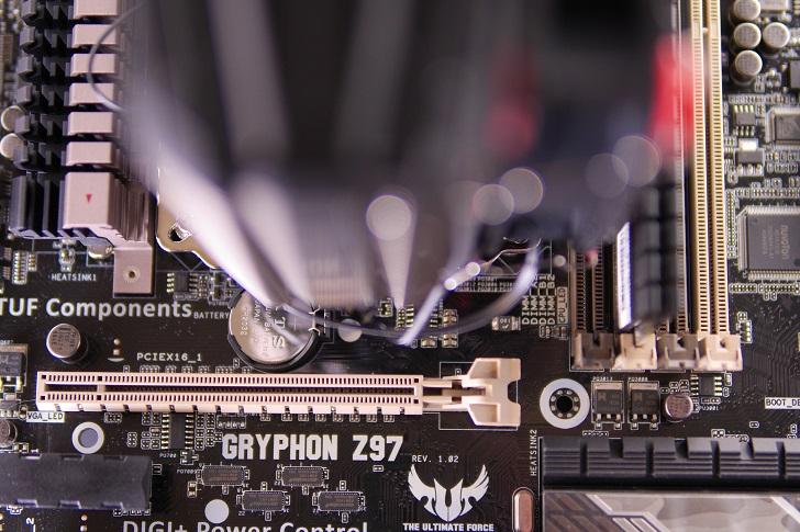 MSI CORE FROZR Lをマザーボードに取り付け,PCIeスロットとのクリアランス