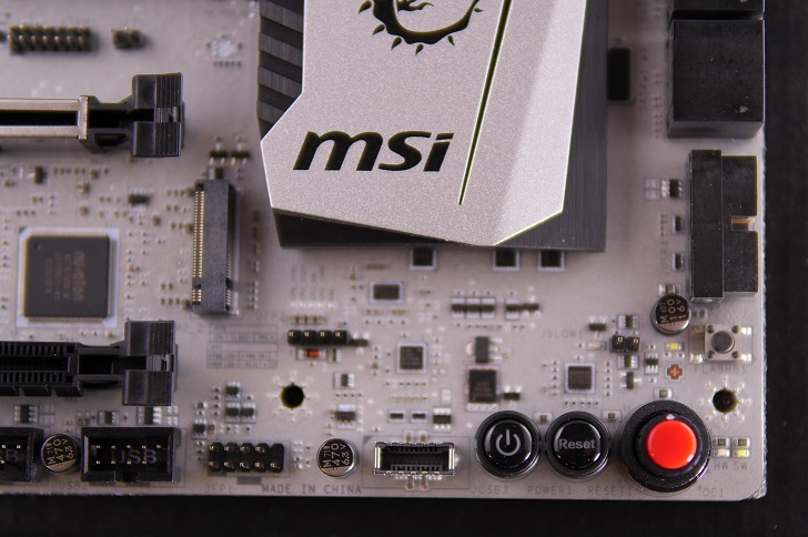 MSI X370 XPOWER GAMING TITANIUMの電源SW