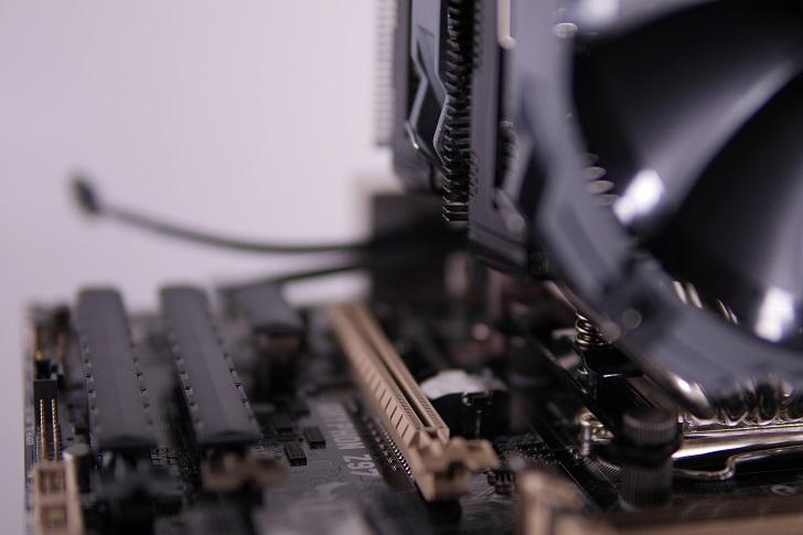 CRYORIG R1 ULTIMATEをマザーボードに取り付け、PCIスロット間隔1