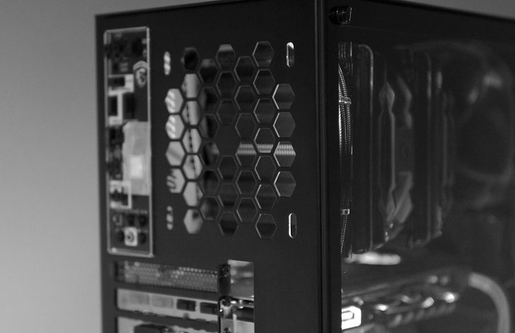 黒パソコンでベンチ!