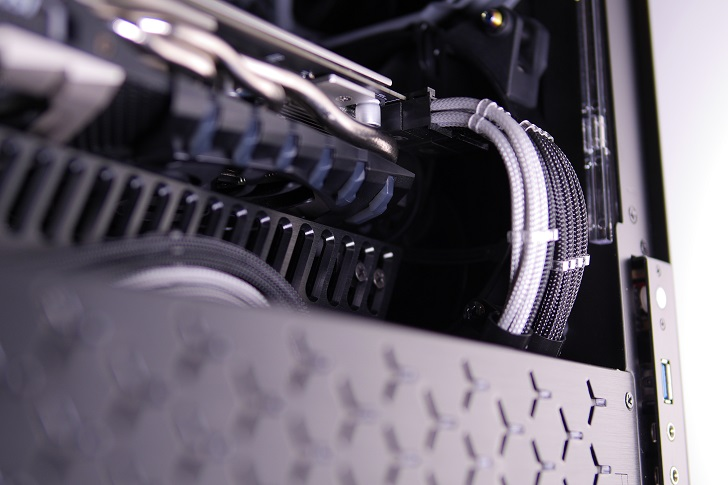Machined GPU Supportを黒パソコンに取り付け、その3