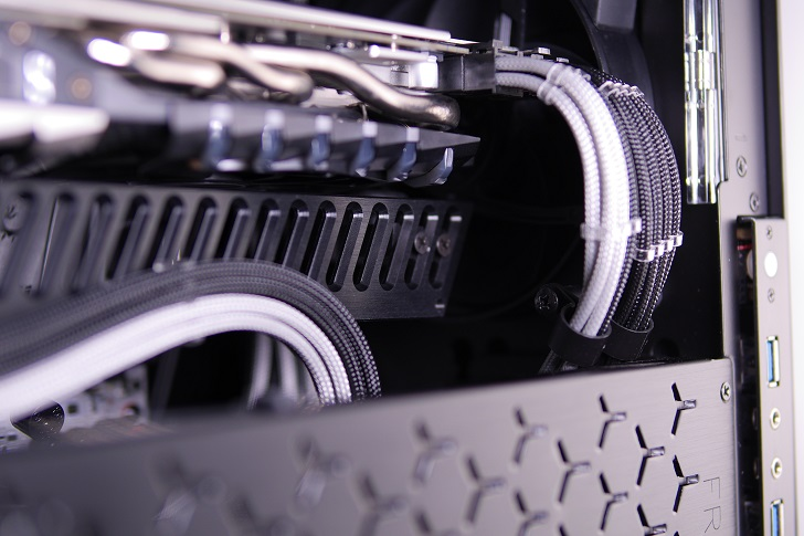 Machined GPU Supportを黒パソコンに取り付け、その4