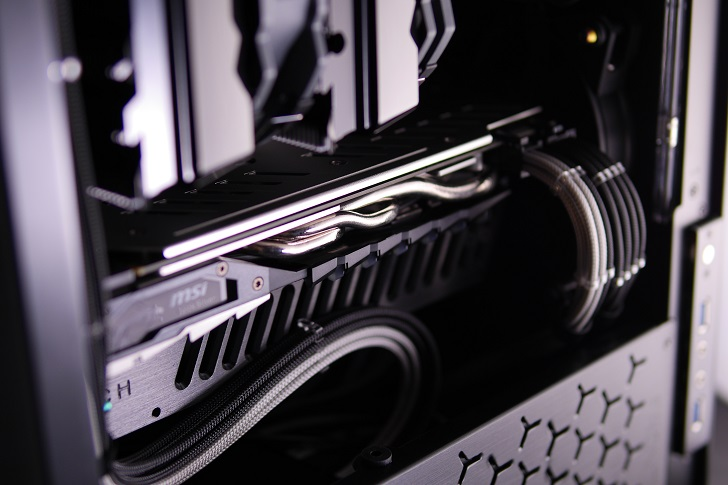 Machined GPU Supportを黒パソコンに取り付け、その5