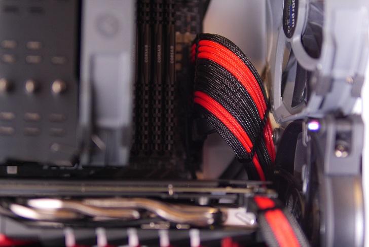 銀色パソコンにBlack ICE Cable Combs 24pinを取り付け