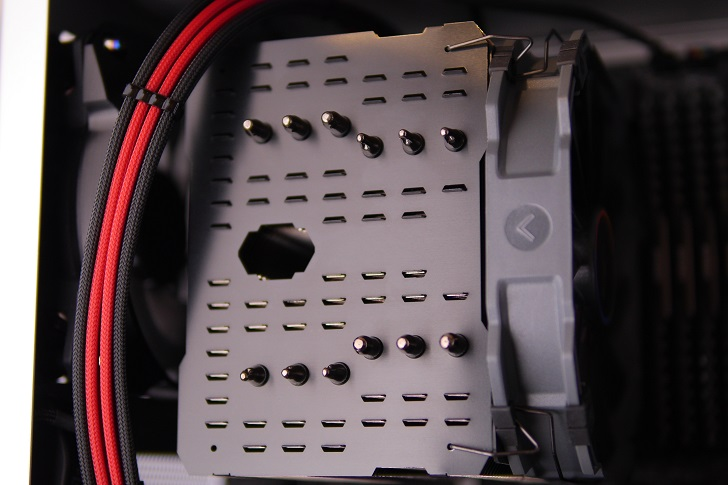 "銀色パソコンにMNPCTECH 120mm Overkill ""Ring"" PC Fan Grillを取り付け1"