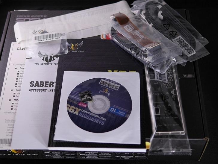 ASUS SABERTOOTH X99の付属品、その1