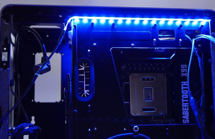 RGB LEDテープの光具合、青