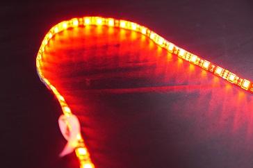 RGB LEDテープ赤、点灯