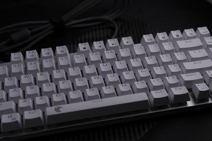 e元素メカニカル式ゲーミングキーボード(白)本体、その1