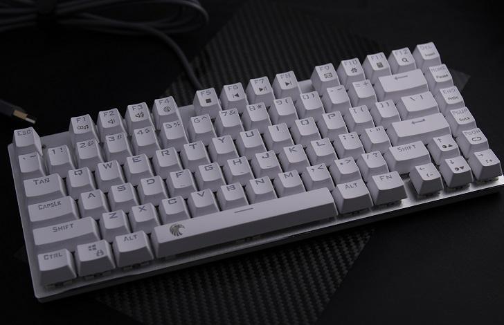 e元素メカニカル式ゲーミングキーボード(白)本体、その2