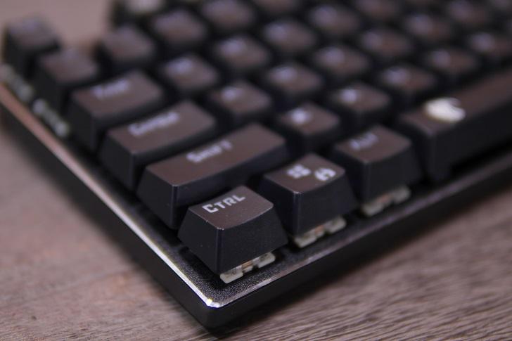 e元素メカニカル式ゲーミングキーボード(黒)本体、その1