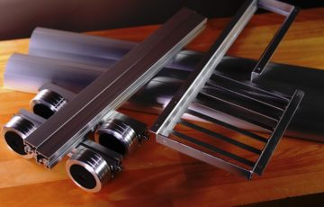アルミフレームでPCケースを組み立てる。