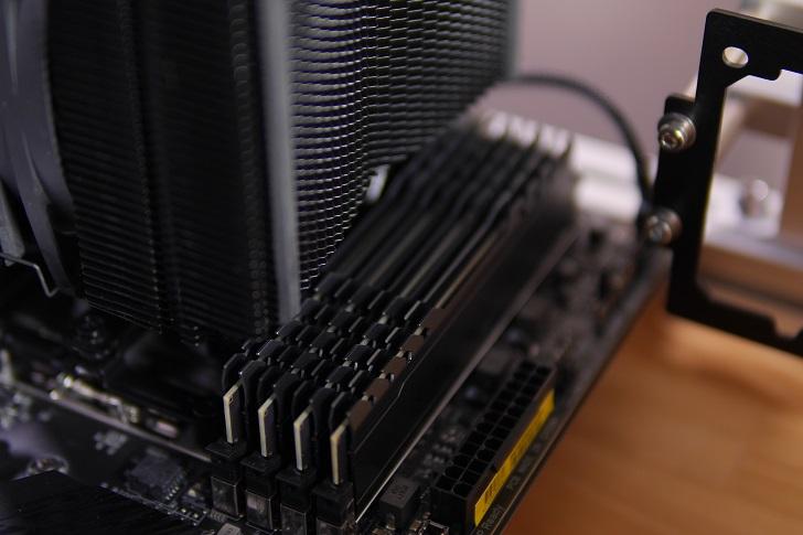 CFD W4U2666CX1-16G×4でマザボ取り付け具合、その1